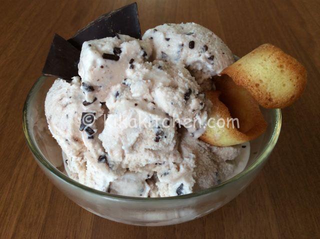Il gelato stracciatella fatto in casa con o senza gelatiera, è semplice da preparare. Una versione più golosa del gelato fiordilatte con aggiunta di scaglie di cioccolato fondente.