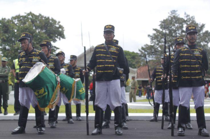 Pasukan Bugis saat acara Grebeg Maulud. Simak cerita selengkapnya di http://bit.ly/1Aoz2Uf