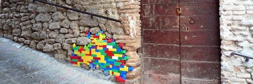 I muri delle città riparati con i Lego