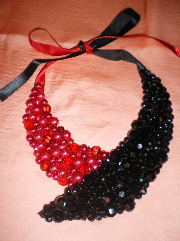 collar babero rojo y negro