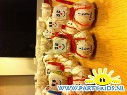 Sneeuwpop van mandarijn 1 - Traktatie snoep, Traktaties - En nog veel meer traktaties, spelletjes, uitnodigingen en versieringen voor je verjaardag of kinderfeest op Party-Kids.nl