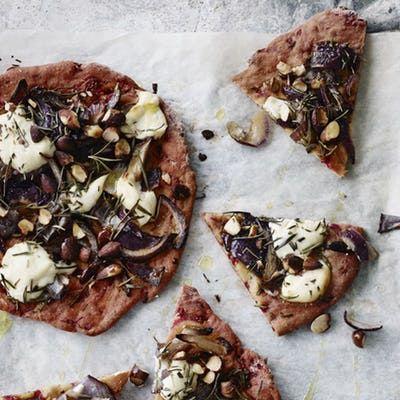 Den her pizza kan du spise med god samvittighed! Ja, du læste rigtigt. Bunden er nemlig lavet af broccoli og er toppet med god tun og frisk mozarella.