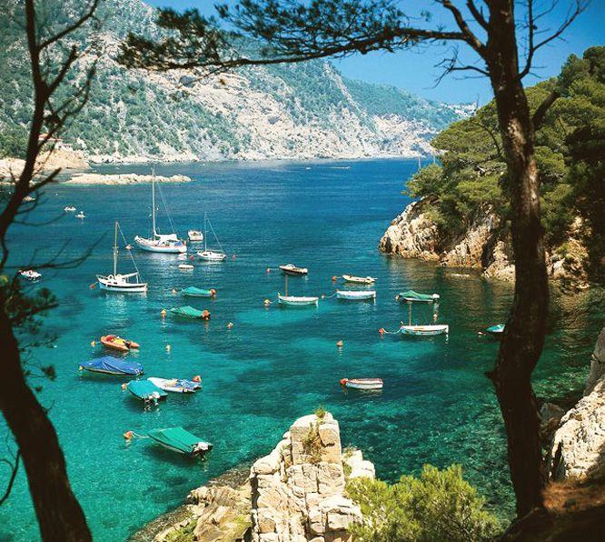 """La playa de la *""""Granadella"""" Jávea (Alicante) Comunidad Valenciana*.._En la *Costa Blanca.. España* Es siempre un amanecer, un brillo de admiración verde y oro, en un gran edificio de la arena y el espacio..._ _Un océano de amor turquesa... ♥"""
