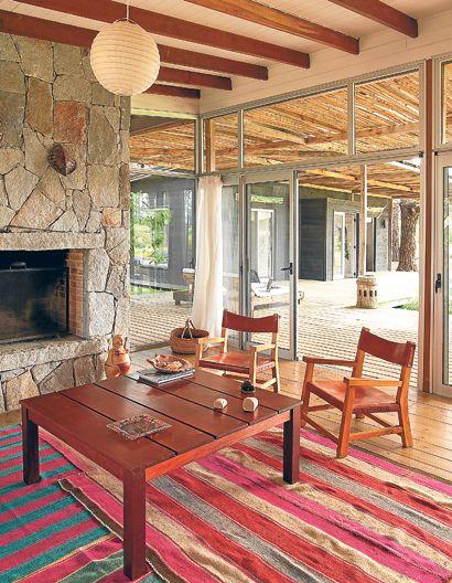 La sala de estar tiene como eje la madera de pino.