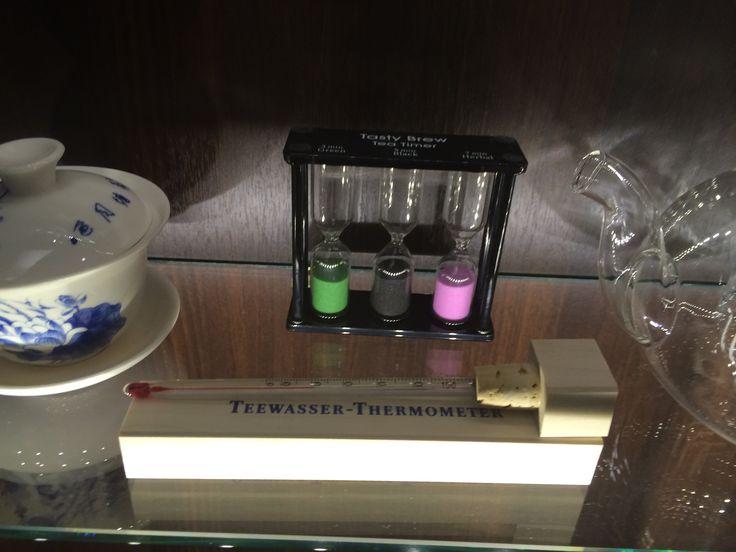 Tee on nyt muotia. Tässä juodaan teetä Helsingissä. Tällä mitataan oikea lämpötila.