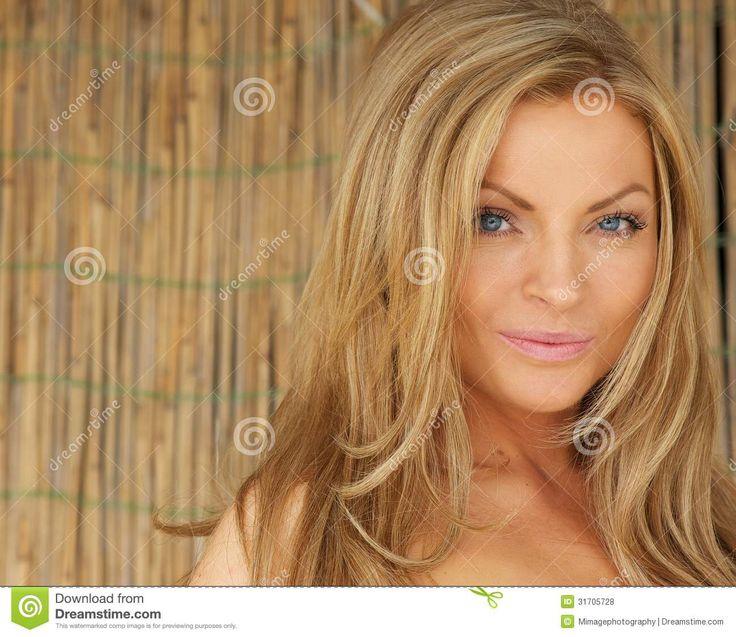 Afbeelding van http://thumbs.dreamstime.com/z/mooie-jonge-vrouw-met-blond-haar-en-blauwe-ogen-31705728.jpg.