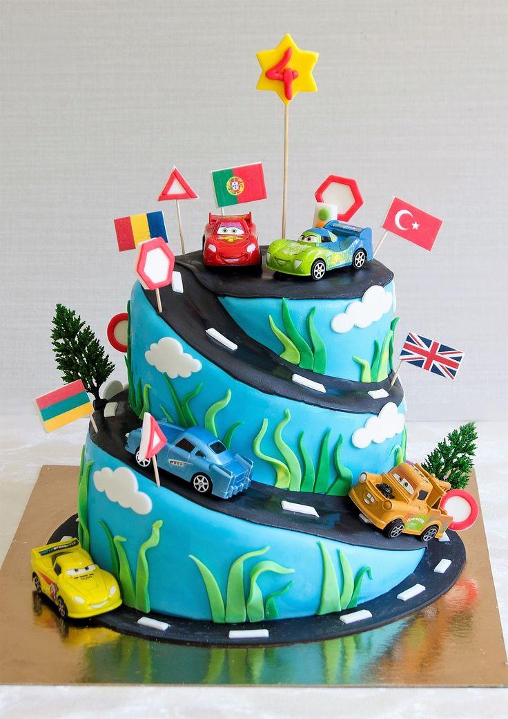 Pentru ca toti baietii sunt piloti innascuti, un tort personalizat in forma de circuit de curse cu masinutele din Cars poate fi cea mai buna alegere pentru petrecerea aniversara. Gustul va fi unul pe masura deoarece vom folosi cele mai bune si mai proaspete ingrediente, iar alegerea sortimentului de tort este la latitudinea ta.