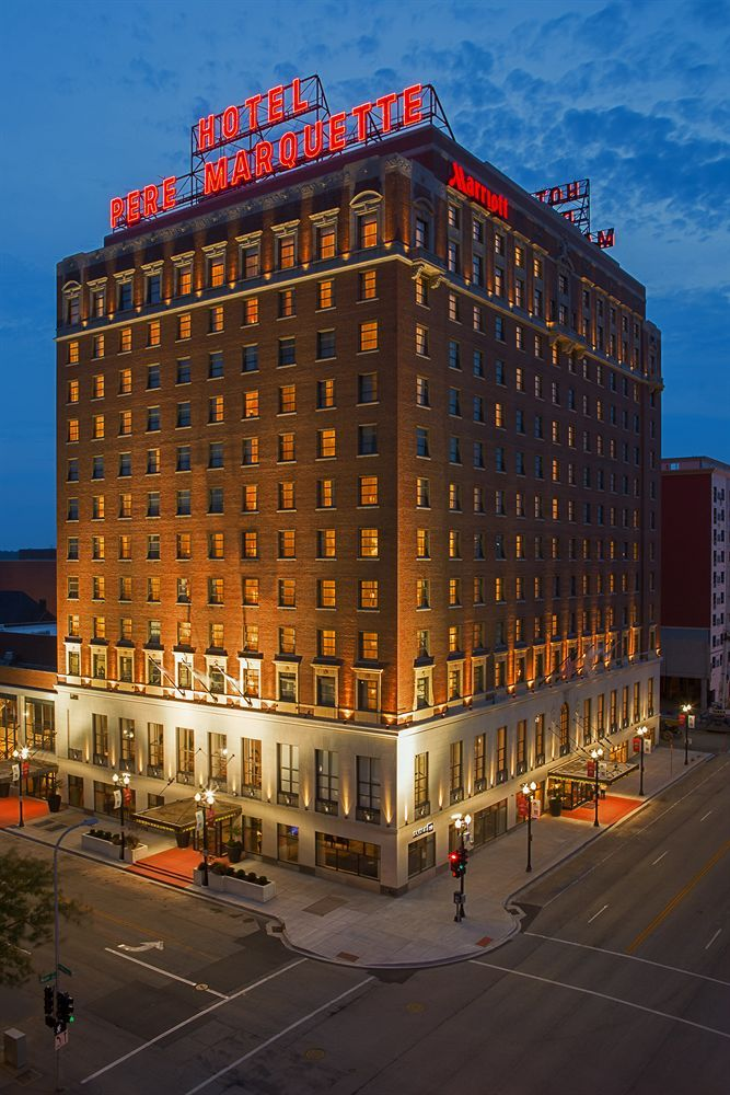 The Pere Marquette Hotel, Peoria, Illinois..... my aunt and uncle both worked here....GREAT PIC OF THE HOTEL RIGHT IN THE HEART OF DOWNTOWN PEORIA,ILL