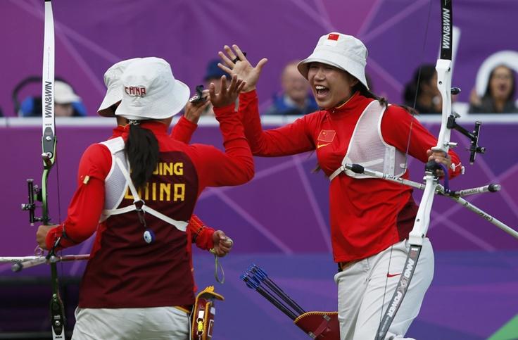 El equipo femenino de tiro con arco de China luego de derrotar a los EE.UU. en los cuartos de final   en el Lords Cricket Ground durante los Juegos Olímpicos Londres 2012  el 29 de julio de 2012.