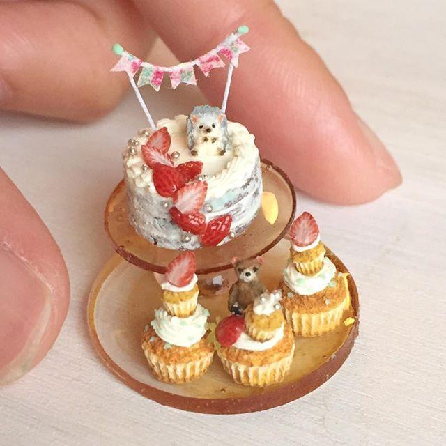 ハリネズミとくまさんでいちごのネイキッドケーキセットを作りました☆出品中なのでよろしければご覧ください♩ 花金!ビールだビールだー(^ω^) #ミニチュアフード#ミニチュア#ドールハウス#ハンドメイド#食品サンプル#カップケーキ#樹脂粘土#粘土#ネイキッドケーキ#miniaturefood #miniature#dollhouse #handmade #cupcakes #nakedcake #polymerclay #clay