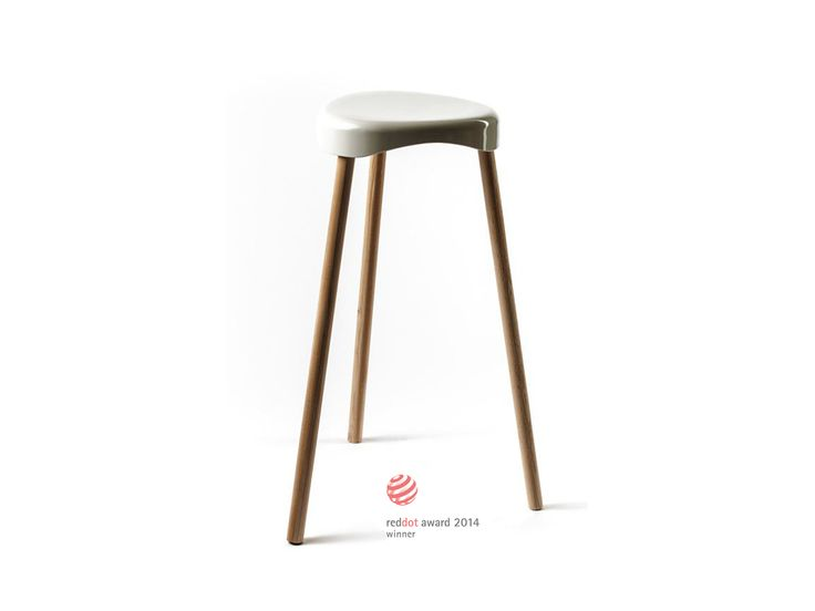 barfuss H3 H - Eine Sitzschale und drei Beine, die schlichten Komponenten des Hockers, weniger geht nicht. Zeitloses funktionales Design. Der besondere Reiz liegt im Kontrast der Materialien und Oberflächen: weißer, glatter, Kunststoff und Massivholz. Die Sitzschale aus hochwertigem Duroplast, die Beine in naturgeölter robuster Eiche. Durch schlicht gefräste Kehlen an den Innenseiten der Beine sind die Hocker kippsicher stapelbar. Zudem ist die Schale witterungs- und UV-beständig.
