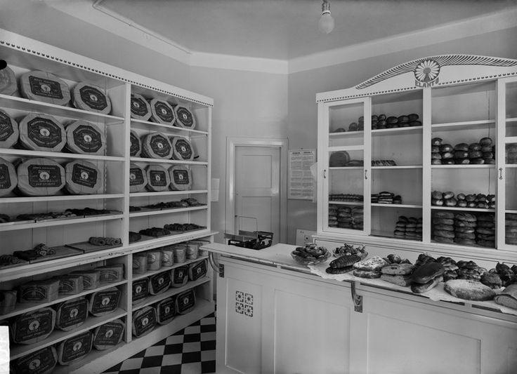 Elannon leipä- ja maitomyymälä Tuntematon 1914 Helsingin kaupunginmuseo Elannon leipä- ja maitomyymälä. Liisankatu 23 ( - Nikolainkatu 16, Nikolainkatu = Snellmaninkatu).. -- negatiivi, lasi, mv