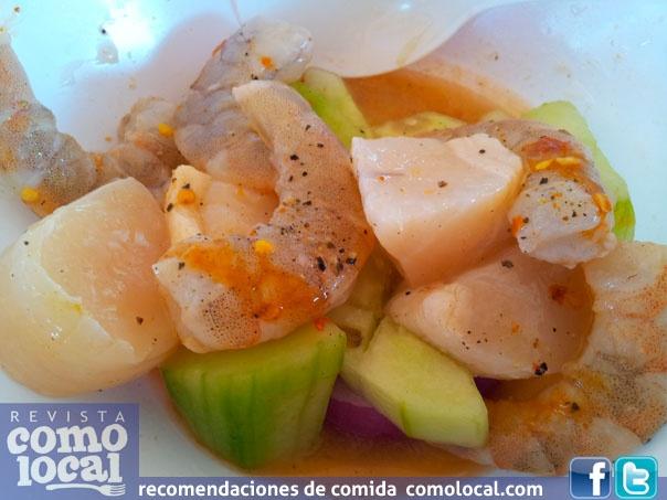 Callo de hacha y camaron en aguachile con cebolla y pepino @comolocal #Culiacan sinaloa esta vez....@callos de San Pedro