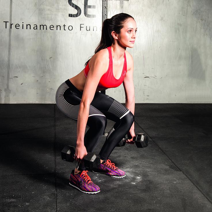 treino-20-minutos-agachamento-halteres