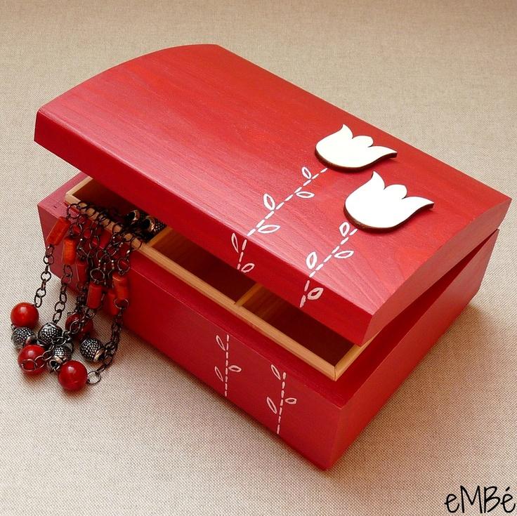 """Šperkovnice, truhlička - Červená... Představuji Vám šperkovnici, truhličku """"Červenou s tulipány..."""", která výborně poslouží pro uložení pokladů všeho druhu a zároveň bude praktickým bytovým doplňkem. Krabička též dobře poslouží na uložení čajových sáčků. Truhličkaje dřevěná, celá pečlivěnamalovaná tmavším odstínem červené akrylové barvy, ..."""