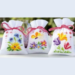 Flowers and butterflies: assortiment kruidenzakjes, kruissteek met telpatroon