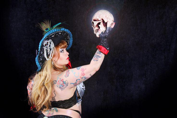Pirate Queen / Burlesque / Bettie Blackheart / Headpiece Fiona Timantti / Photo QUmma / Remade premier at The Helsinki Burlesque Festival 2015