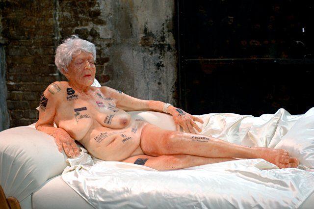 alte Dame mit Tattoos
