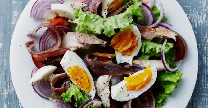 Recette de Salade niçoise légère aux maquereaux. Facile et rapide à réaliser, goûteuse et diététique. Ingrédients, préparation et recettes associées.