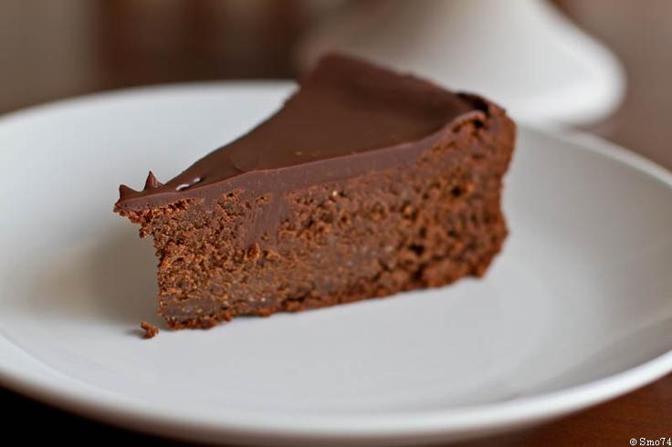 Шоколадный торт с лесными орехами, кофе и виски