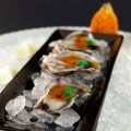 Ostriche speciale ecaille d'argent con fico d'india, pepe rosa e wasabi