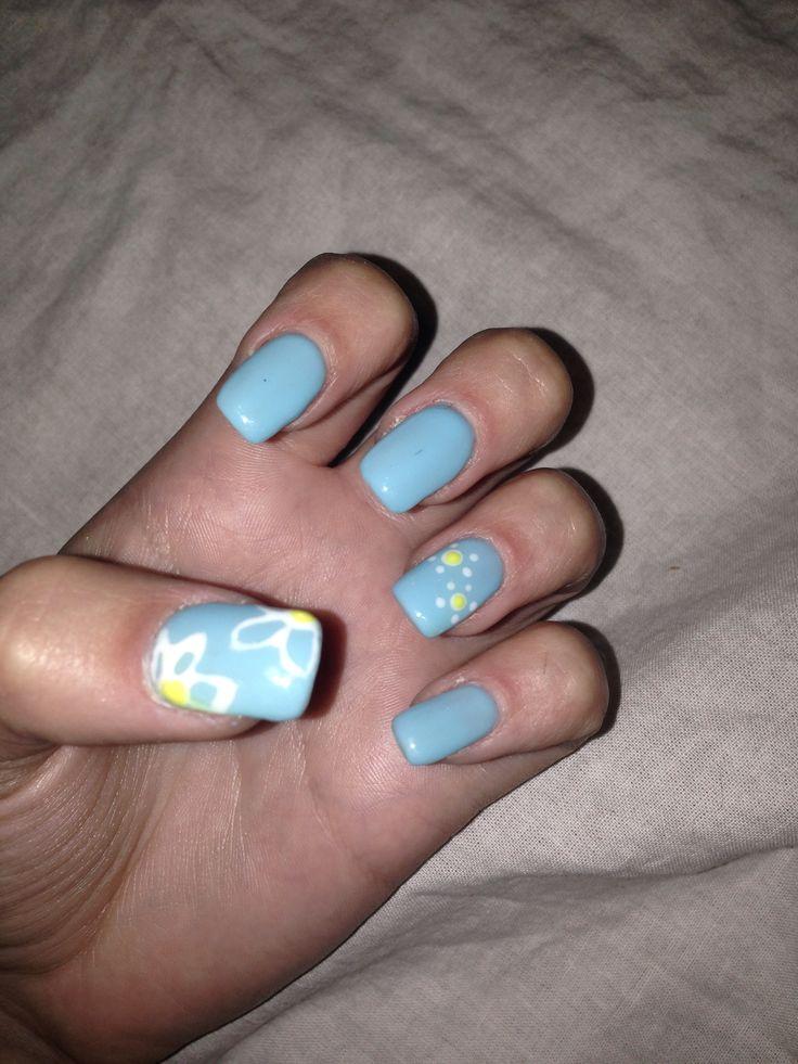 Unghie gel color azzurro con fiori bianchi! Realizzato con uno stuzzicadenti e un pennello a punta fine #nails #unghie #nailart #gel #fiori #azzurro