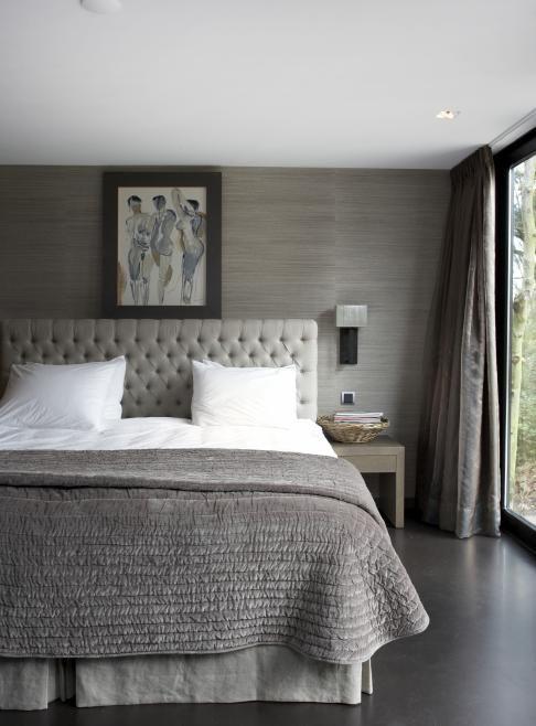 Leuk idee die muur met grijs behang en mooi bedeinde