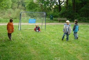 Een voetbalfeestje buiten voor de echte voetballiefhebbers kun je gemakkelijk zelf organiseren