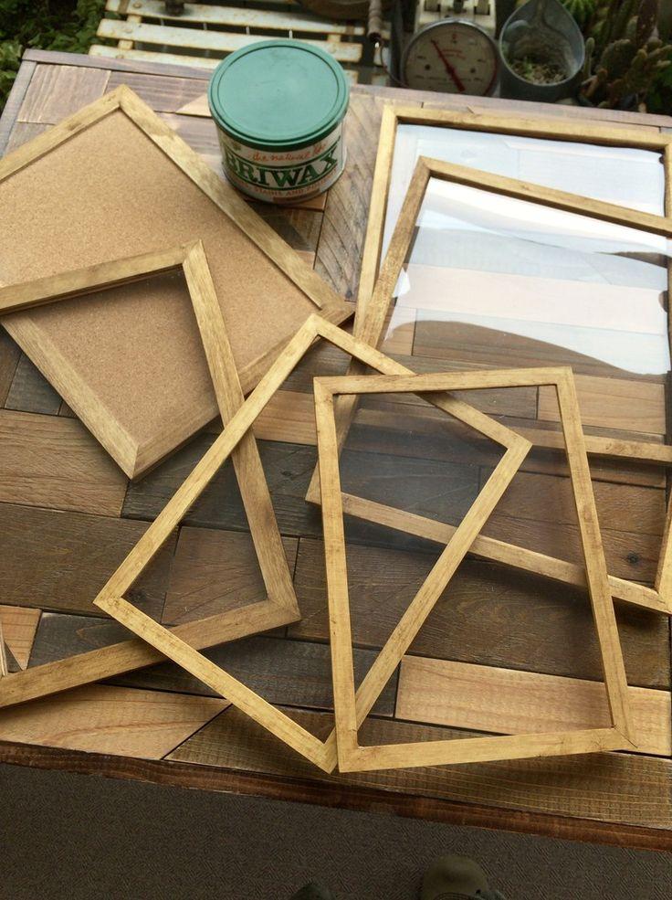 セリアのウッドフレーム4枚とコルクボード2枚でカフェにありそうなパンケース(ガラスケース)を作ってみました♪ ピッタリサイズを組み合わせたのでのこぎり不要、接着剤と釘だけで仕上げました。 ガラス部分はアクリル板ですが、パッと見た感じは本格的なガラスケースに♪