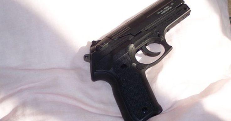 Pistolas de utilería usadas en las películas. Las pistolas de utilería usadas en las películas pueden ser pistolas reales que han sido cargadas con balas en blanco, un juguete altamente detallado, una réplica de goma o lo que se conoce como una pistola de aire.