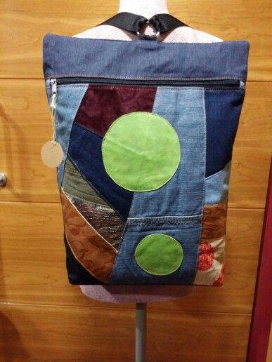 Mochila reciclada de tejanos y trozos de piel y telas .