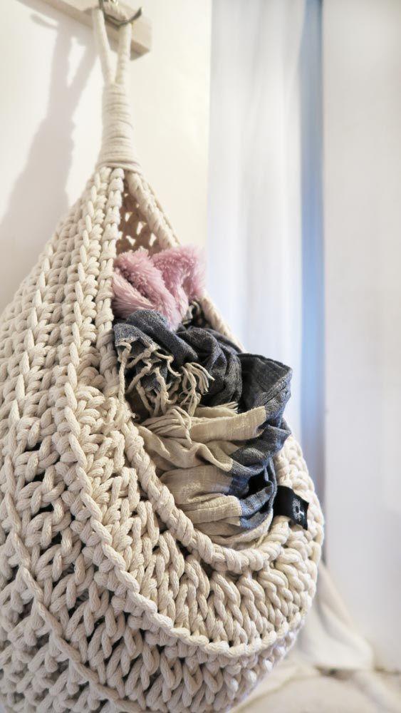 Wiszący koszyk z bawełnianego sznurka ręcznie zrobiony na szydełku. Idealny do przechowywania różnych drobiazgów. Wyjątkowy i niepowtarzalny będzie piękną ozdobą każdego wnętrza. Dostępny w różnych kolorach. #koszyk #kosz #wiszący #zabawki #dladzieci #sznurek #biały #ecru #bawełniany #sznurka #rękodzieło #manufaktura #nawygonie #szydełko #szydełku #naszydełku #dziany #dziergany #robione #ręcznie #handmade #diy #basket #crochet #crocheting #grey #scandi #chunky #bulky #cotton #rope…