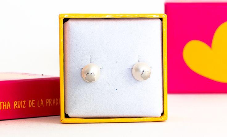 Topos de perla blanca con incrustación en plata en forma de flor.