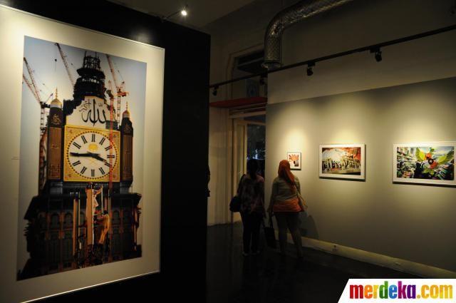 Pengunjung memperhatikan pameran foto karya fotografer Antara, Saptono Soemardjo dan Prasetyo Utomo saat peluncuran buku bertajuk 'Makkah: Photographic Diary' di Galery Antara, Jakarta (03/8).