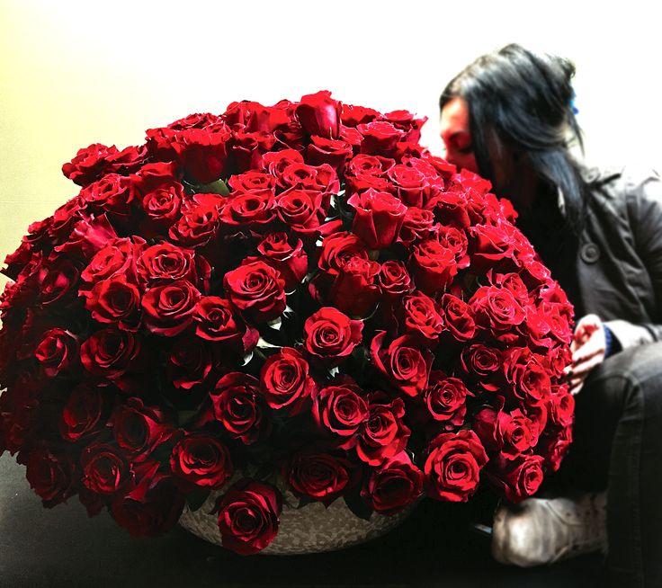 Aranjament cu trandafiri rosii.
