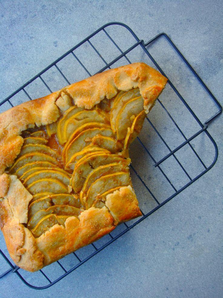 """A """"galette"""" kifejezést a franciák a különböző típusú lapos, kerek, vagy szabálytalan alakú, kérges süteményekre használják. Magyarul a legegyszerűbben omlós tésztával készült fűszeres, gyümölcsös lepényként írhatnánk le. Az én verziómban sok-sok pirult alma, kakukkfű és friss gyömbér alkotnak egy…"""