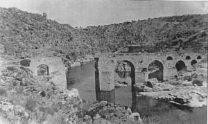 Antigua fotografía del Puente del Conde, sobre el río Tajo. Durante la Guerra de Independencia (1808) fue volado. A partir de entonces se utilizó una barca para badear el río.