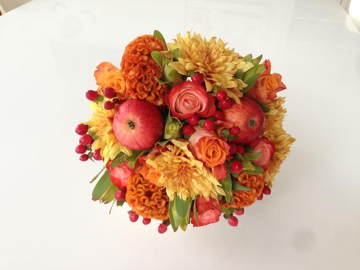 Осенняя свадьба. Букет невесты в осеннем стиле. Яблоки, розы, хризантемы, гребешки, гиперикум