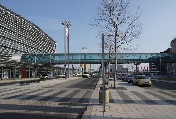 Verbindungsbrücke am Flughafen Dresden (Dresden, 2001)   Structurae