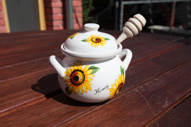 Honey pot small 250 ml- lidded container with spindle for honey. Nice gift for teatime fans... Good luck:)