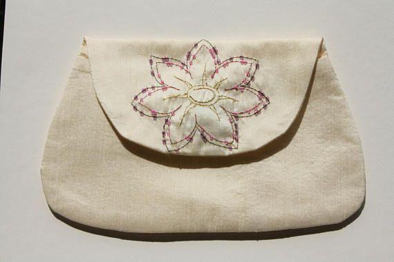 Handgemaakte zijde tasje met geborduurde bloem met kralen /