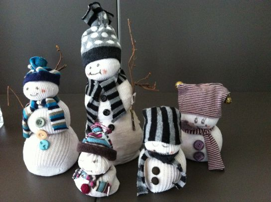 Met oude witte sokken, oude gekleurde sokken, een zak goedkope rijst, draad, oude knopen, fijne takjes, schaar, stiften en een lijmpistool. Vul de sokken met rijst en knoop ze 'bolsgewijs'  met een draad. Afhankelijk van de grootte van de sok kunnen dit 2 tot 4 bollen zijn.werk de sneeuwman af : teken oogjes, plak wat knopen op zijn lichaam en maak een muts–van het topje van een gekleurde kous-en geef hem een sjaal of een kraag -van een stukje gestreepte kous. Een takje de sneeuwman helemaal…