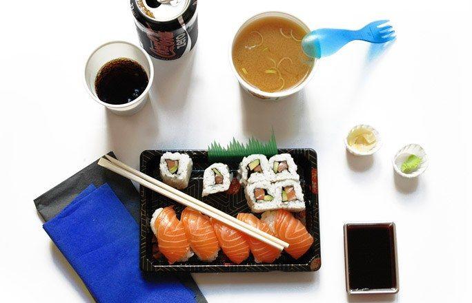 """Sushi Lieferservice - Gesundes Mittagessen gesund ernähren - Lydia - 1,76 m - 59 kg > Die Büromahlzeit im Detail: """"Ich l-i-e-b-e Sushis. Ich gehe regelmäßig japanisch essen und lasse mir auch oft von einem Sushi-Lieferservice mein Lieblingsgericht ins Büro bringen..."""