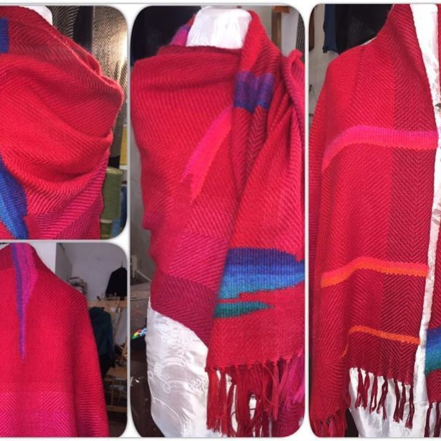 Coloriamo la giornata va' ☀️ #red #rosso #shawl #scialle #scarf #sciarpa #handwoven #tessutoamano #tramedistoria