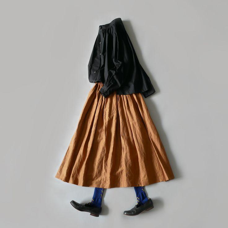 """[SACRA]定番人気のスカートのご紹介です。たっぷりとしたギャザーが主役級の存在感が溢れています。 素材はナチュラルな雰囲気漂うリネン混合素材。リネン素材のスカートと言えば、ナチュラルなニュアンスが強くなりがちですが「サクラ」が作ると、上品な女性らしさが加わるのが流石です。程よい光沢感と、風が吹くと""""ふわっ""""と揺れる、生地そのものがもつ優しさが感じられます。 ウエストはゴム仕様でリラクシングな着心地。ゴムやギャザーを贅沢にとったデザインですが、シルエットは腰回りが膨らみすぎることなく、スッキリとしたラインになります。カラーはベージュ・ピンク・グリーンの3種類。 こちらはWEBSTORE掲載アイテムとなります。"""
