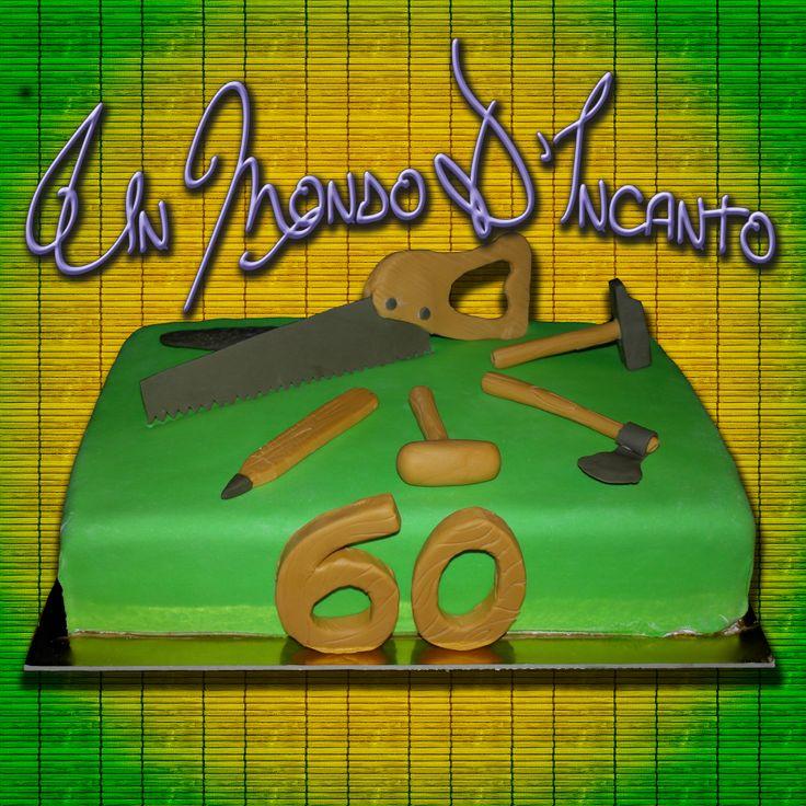 """Torta di compleanno """"Mastro Falegname"""" per i 60 anni di Giuseppe. Torta Red Velvet, ricoperta e decorata con pasta di zucchero."""