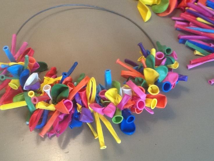 Ijzeren ring....  Ongeveer 150 assortiment ballonnen...knoop ze strak om de ring...en voilà ...leuk voor kinderfeest...carnaval...od summer party...mega kleur!!