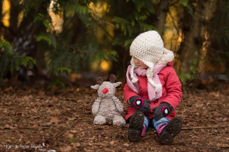 Winter toddler photoshoot in the forest ♡ Inspired by @adrmurray - your photos are amazing! | http://mirjamdepagter.nl/fotoshoots-blog/peuter-in-het-winterbos/ | Mirjam de Pagter Fotografie #toddler #children #photography #winter #forest