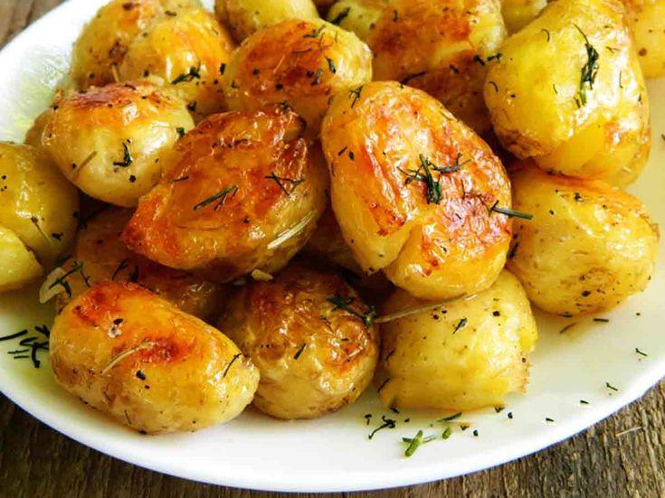 Receptov na prípravu zemiakovej prílohy je naozaj veľa amy sa nejdeme hádať, ktorý je ten lepší, pretože každý má iné chute. No ak chcete skúsiť niečo naozaj výnimočné, mali by ste pripraviť tento recept, ktorý si zamilujete viac, ako večerné chrumkanie slaných pochutín. Možno si tieto zemiačiky začnete pripravovať namiesto večere anakoniec sa stanú inventárom