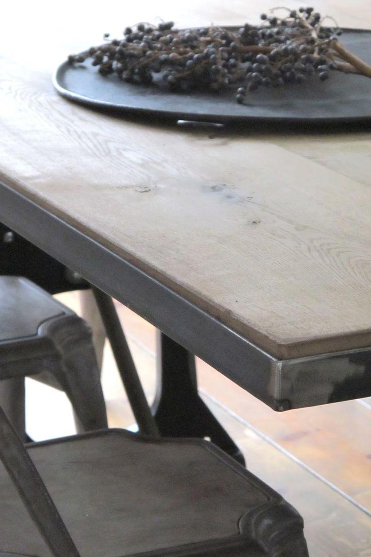 Onze nieuwe zelf ontworpen tafel staat sinds gisteren op z'n plek. Het was nog een heel werk om het massief eiken blad passend ...